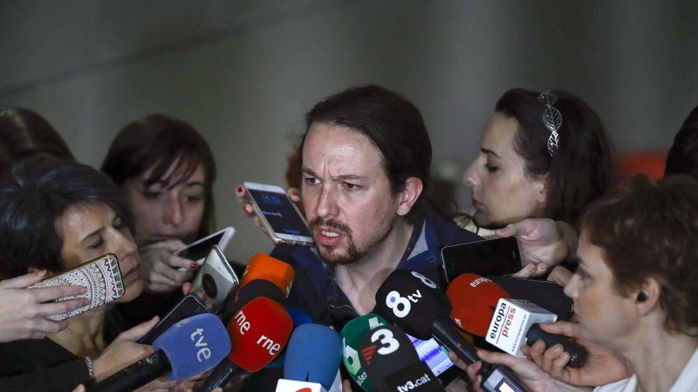 Foto: El líder de Podemos, Pablo Iglesias, responde a las preguntas de los periodistas en los pasillos del Congreso. (EFE)