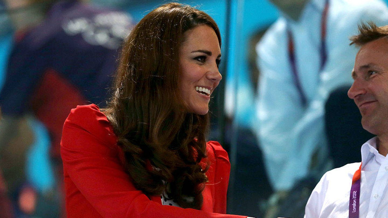 Kate Middleton, en 2012 cuando estrenó el blazer rojo. (Getty)