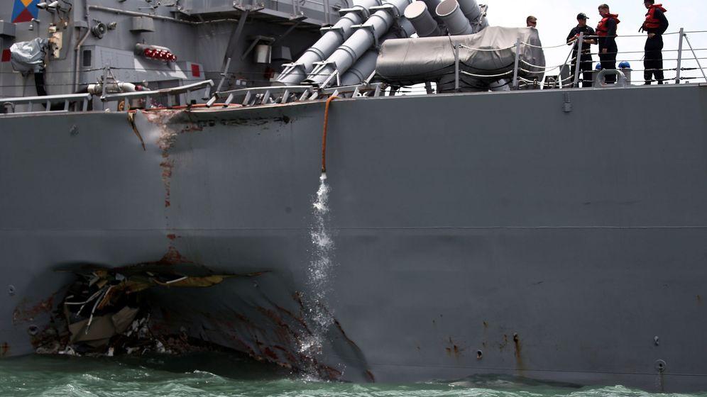 Foto: Daños en el casco del destructor USS John S. McCain. (Reuters)