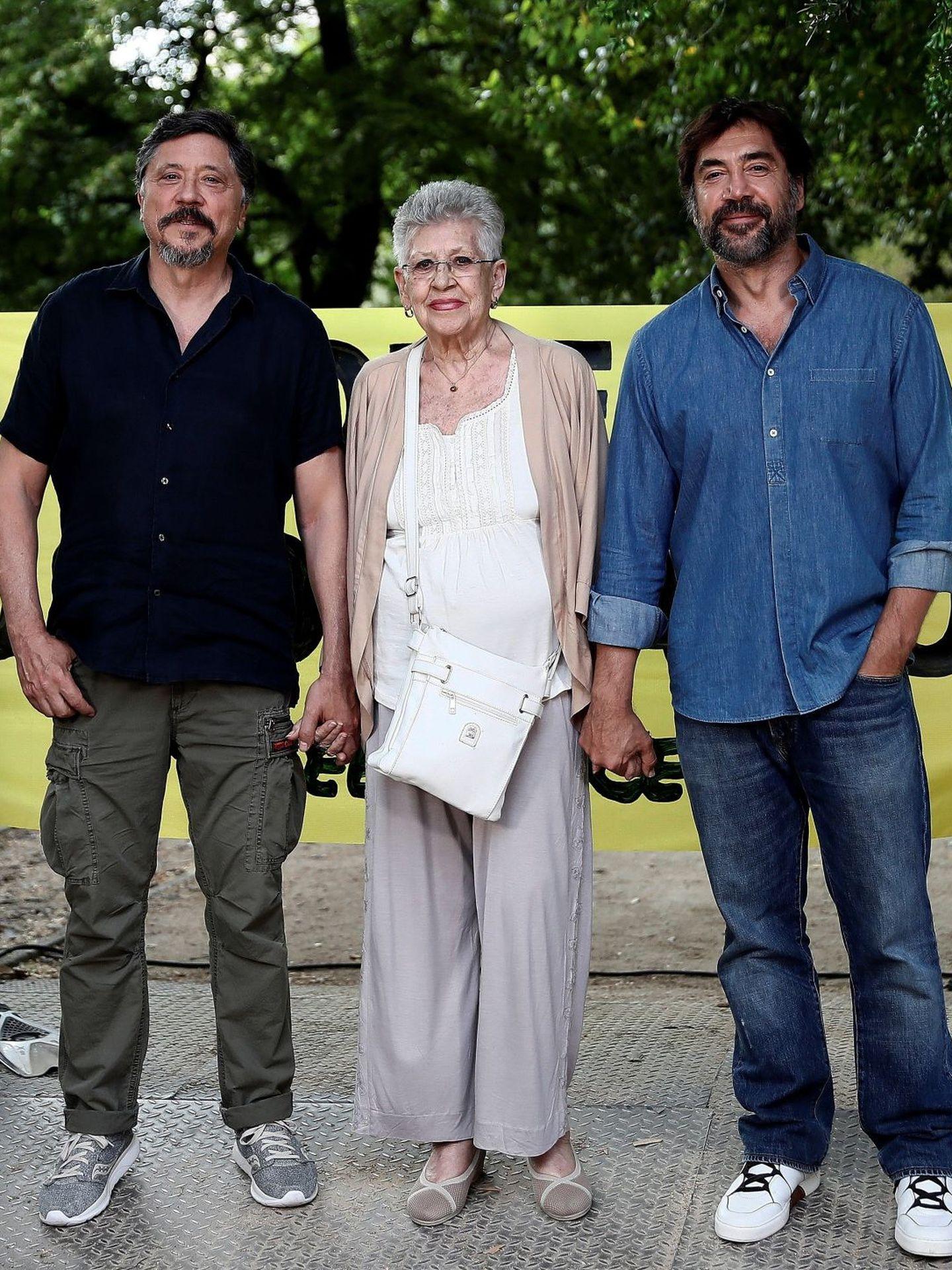 Pilar Bardem, junto a sus hijos Carlos y Javier en un acto de Greenpeace en 2019. (EFE)