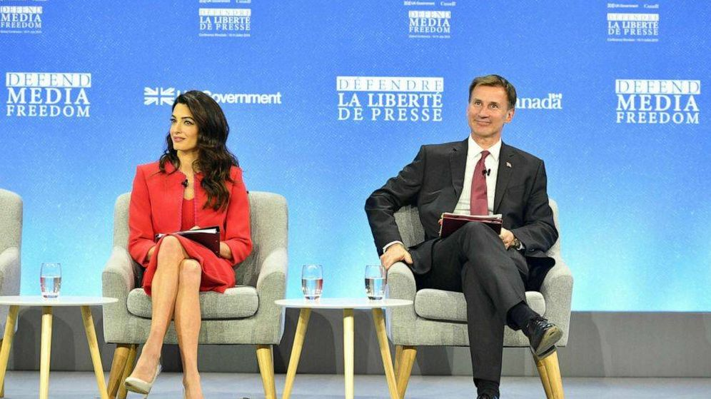Foto: Amal Clooney y Jeremy Hunt durante la conferencia. (Fotografía cedida por ABC News)