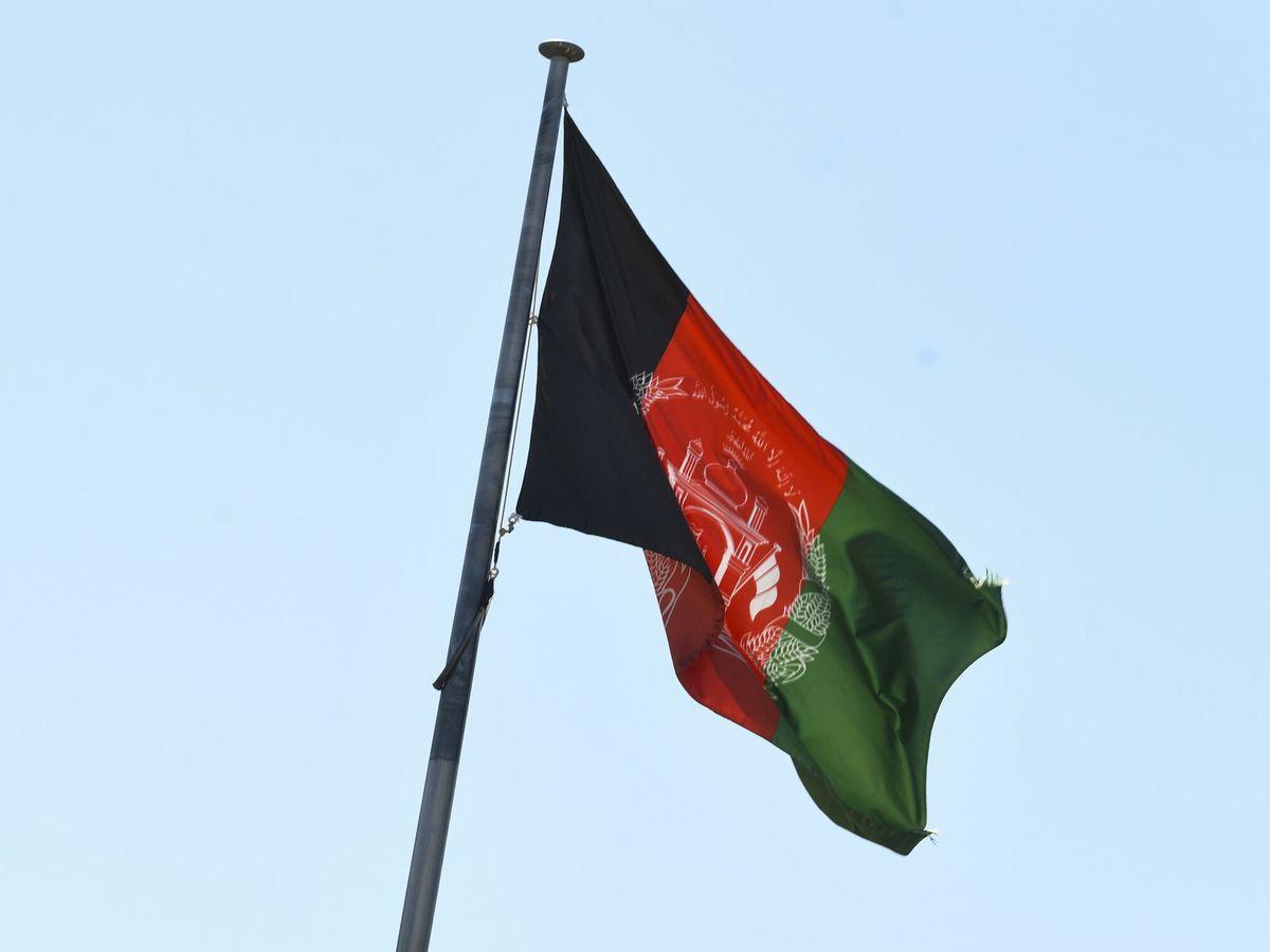 Foto: Imagen de la bandera afgana en la Embajada en Canberra, Australia (EFE)