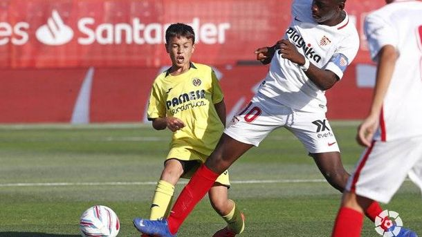 Foto: Ibrahima Sow ante un jugador del Villarreal. (Foto: LaLiga)