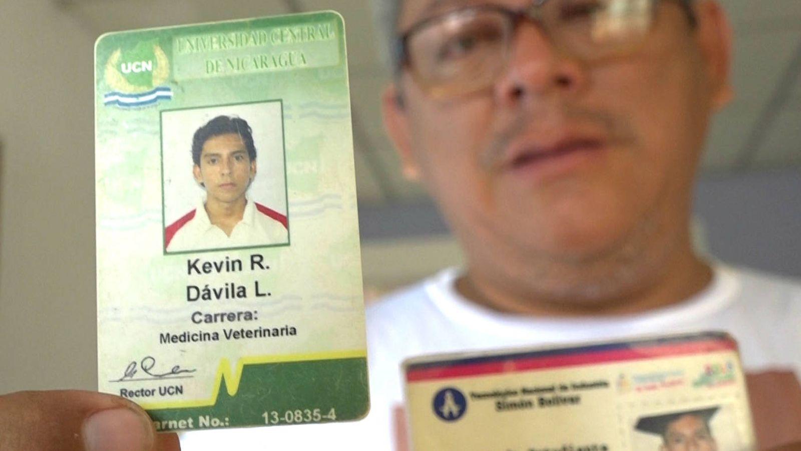 Foto: Roberto Dávila muestra los documentos de su hijo Kevin, muerto en las protestas contra Daniel Ortega. (H. Estepa)