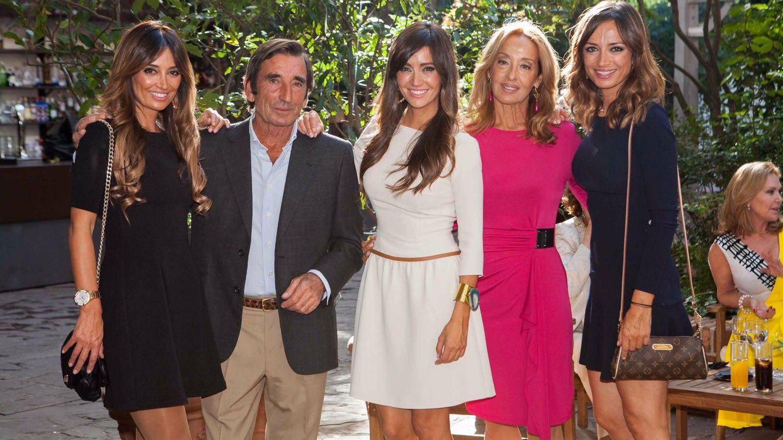 Dámaso González con su mujer y sus tres hijas.