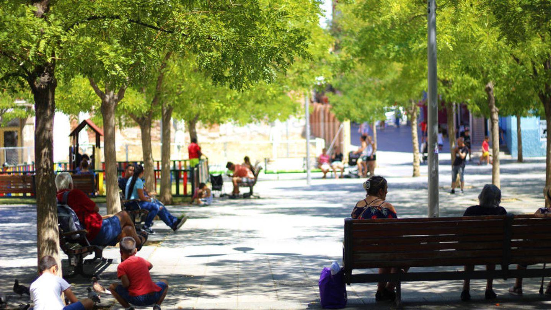 Vallecanos pasan la mañana en la plaza Vieja. (J. B.)