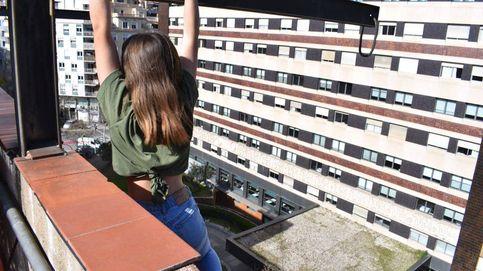 Los Mossos rescatan a una chica que se subió a una cornisa para hacerse una foto