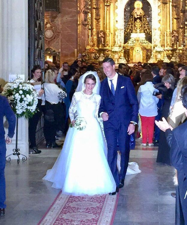 Foto: Los recién casados saliendo de la basílica. (Vanitatis)