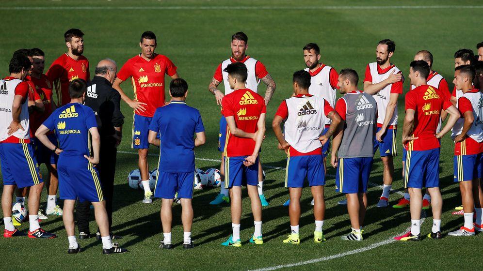 Foto: Los jugadores españoles escuchan a Del Bosque (Reuters)