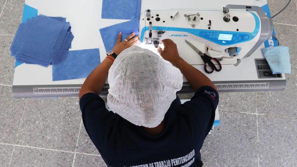 Foto: Fabricación de mascarillas. (Efe)