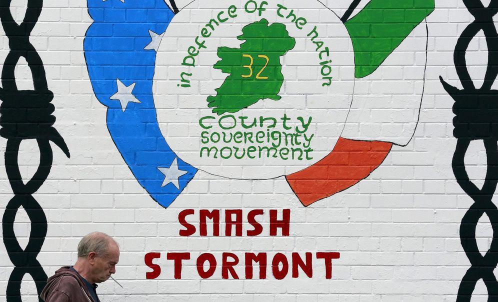 Foto: Un hombre pasa por delante de un mural republicano en Belfast Occidental. (Reuters)