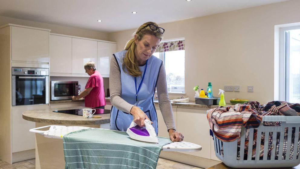 Pagar para que te limpien la casa: el signo de distinción de la clase media