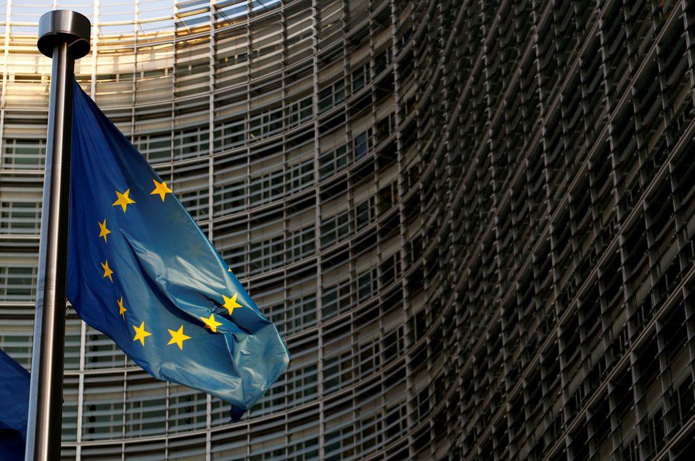 Foto: Una bandera de la UE ondea en el exterior de la sede de la Comisión Europea, el pasado 14 de noviembre en Bruselas. (Reuters)
