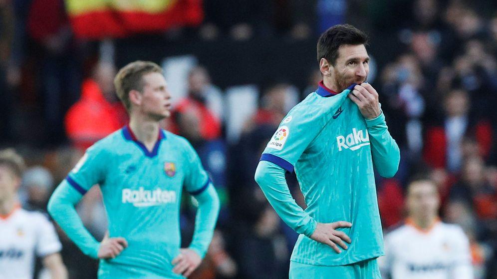 Foto: Messi (d), tras el segundo gol del Valencia. (Reuters)