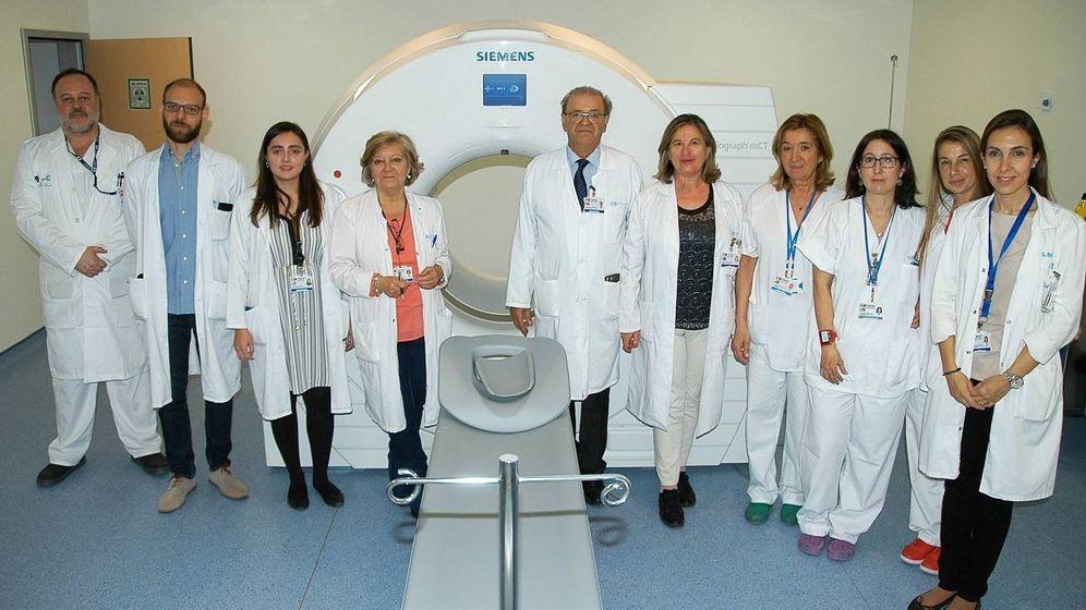 Foto: El nuevo PEC-TAC, con parte del equipo médico.