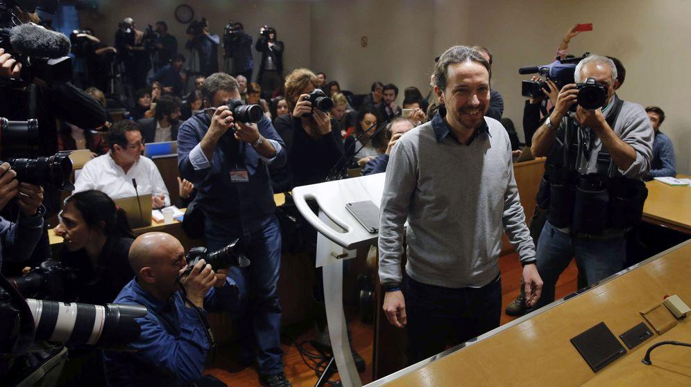 Foto: El secretario general de Podemos, Pablo Iglesias, tras reunirse con Pedro Sánchez durante la ronda de contactos para la investidura del líder socialista. (EFE)