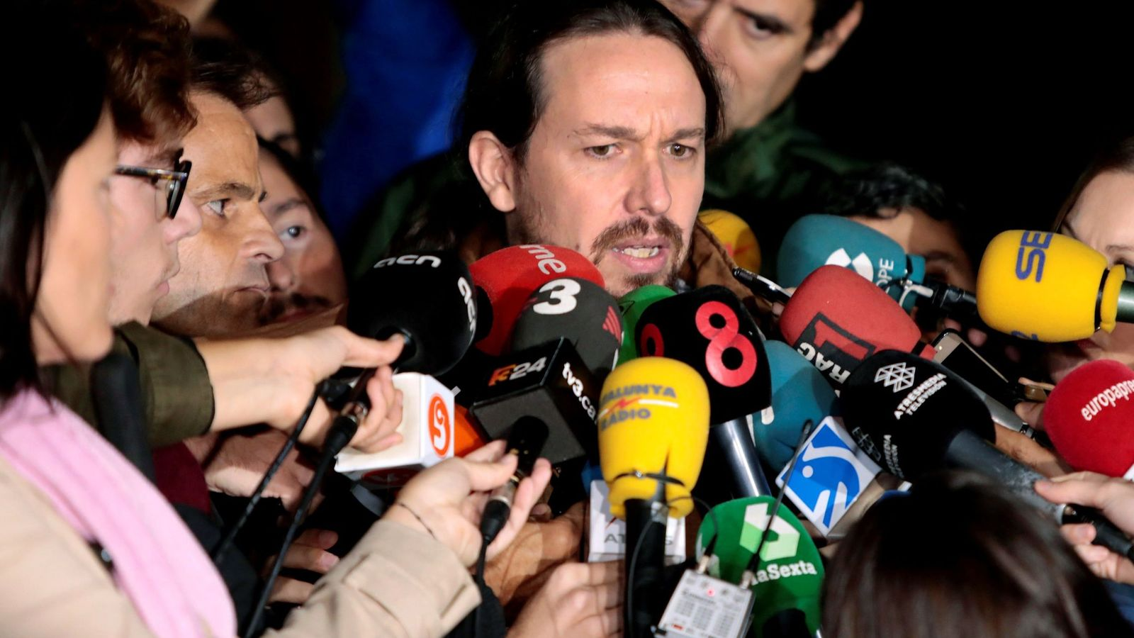 Foto: El líder de Podemos, Pablo Iglesias, atiende a los medios tras ver a Junqueras en la prisión de Lledoners. (EFE)