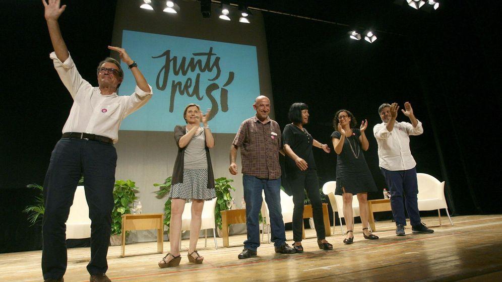 Foto: Artur Mas, Carme Forcadell, Germa Bel, Montserrat Palau, Marta Rovira y Albert Batet durante el acto de presentación de los candidatos de Juns pel Si en Valls. (EFE)