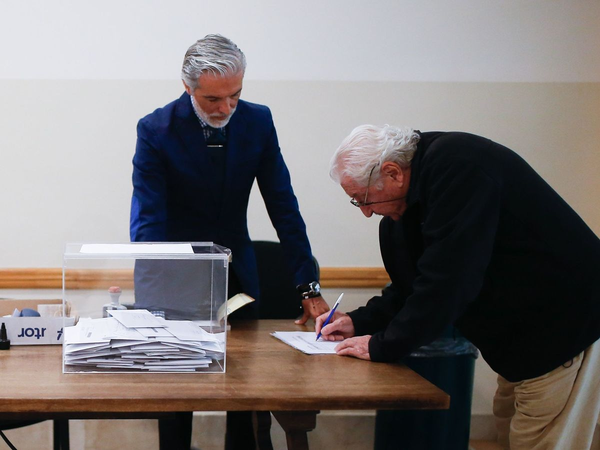 Foto: Un ciudadano español residente en Argentina vota para las elecciones del 10-N. (EFE)