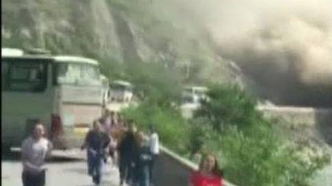 Pánico entre los conductores que vieron como una colina sepultaba la carretera