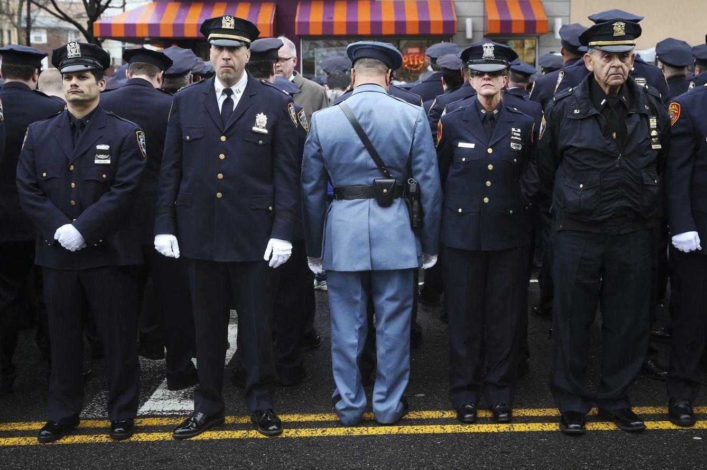 Foto: Agentes dan la espalda a Bill de Blasio durante el funeral de Wenjian Liu, asesinado en Nueva York (Reuters).