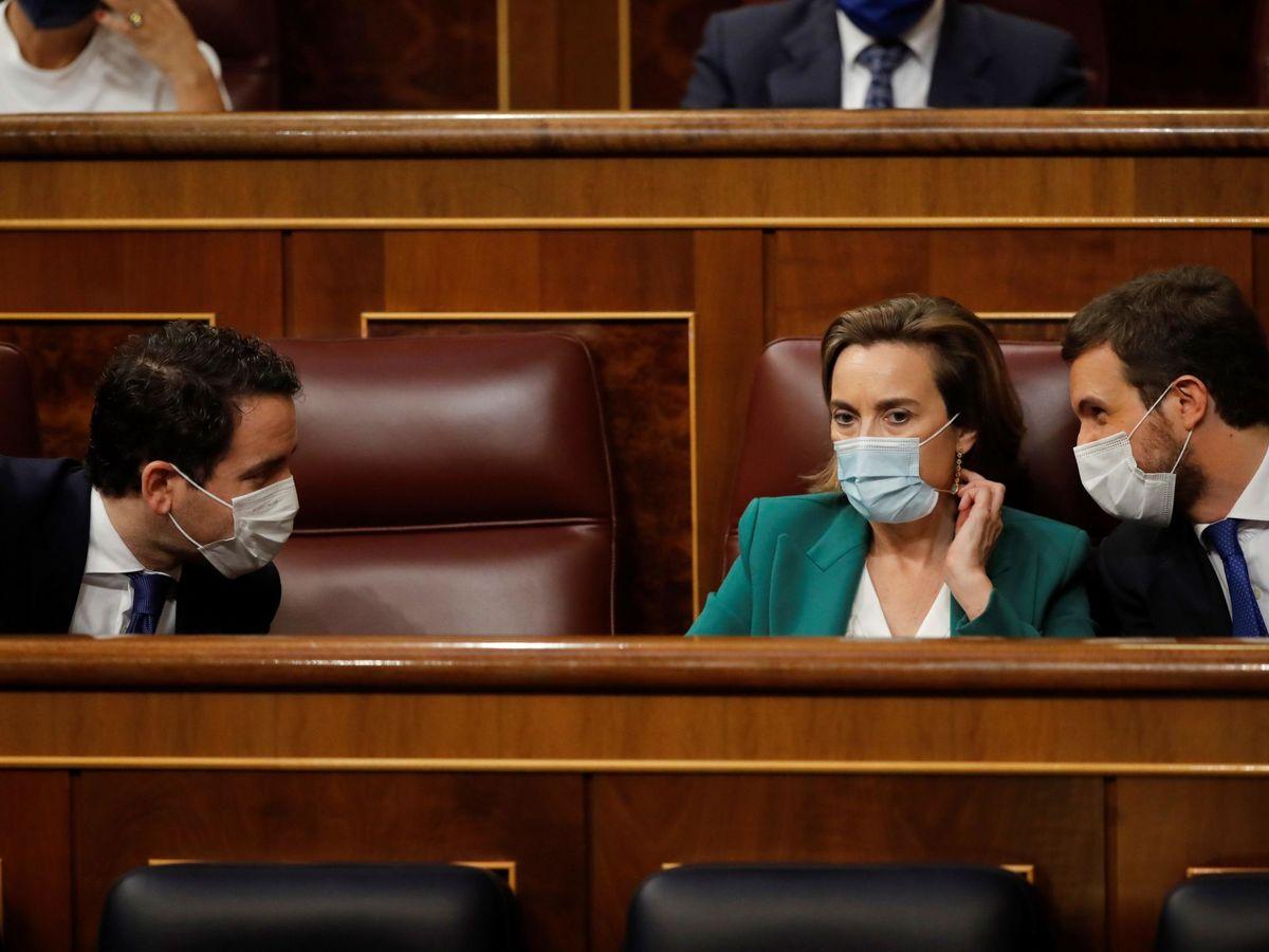 Foto: El líder del PP, junto a la portavoz en el Congreso y el secretario general. (EFE)