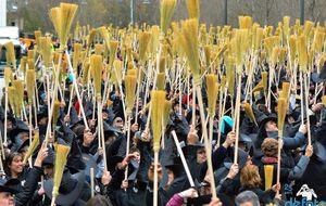 Sort reúne a 3.000 personas vestidas de bruja para invocar la suerte