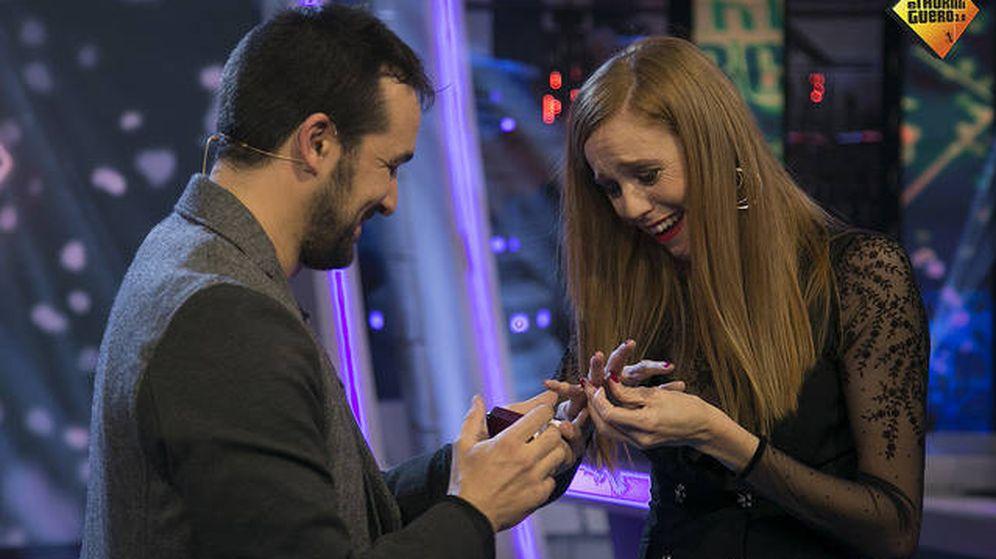 Foto: María Castro se pone el anillo. (7yAcción)
