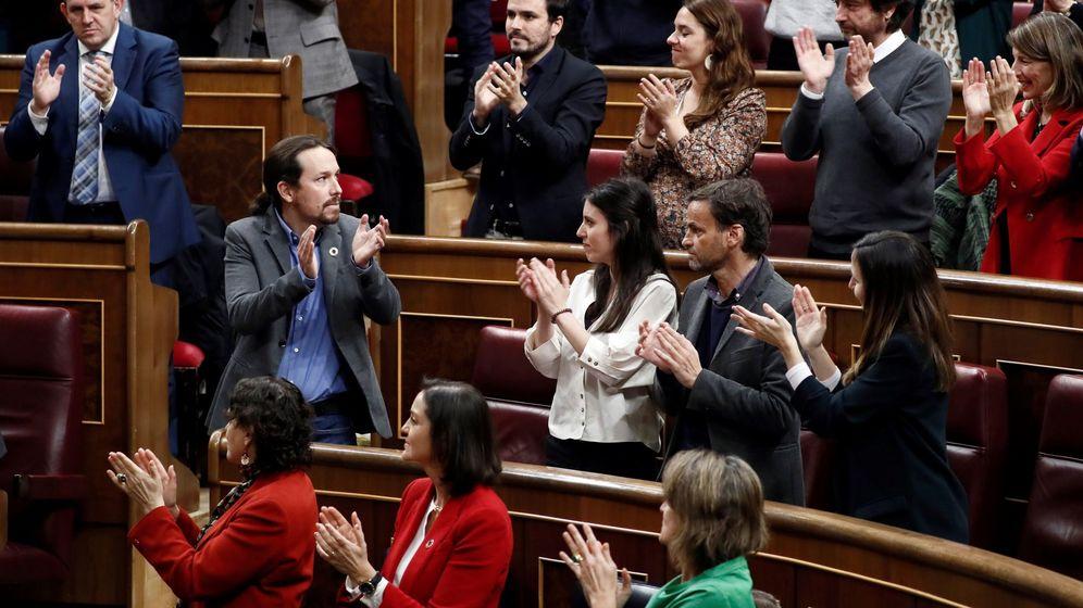 Foto: El líder de Unidas Podemos, Pablo Iglesias, es aplaudido tras su intervención durante la sesión de investidura, este 7 de enero. (EFE)