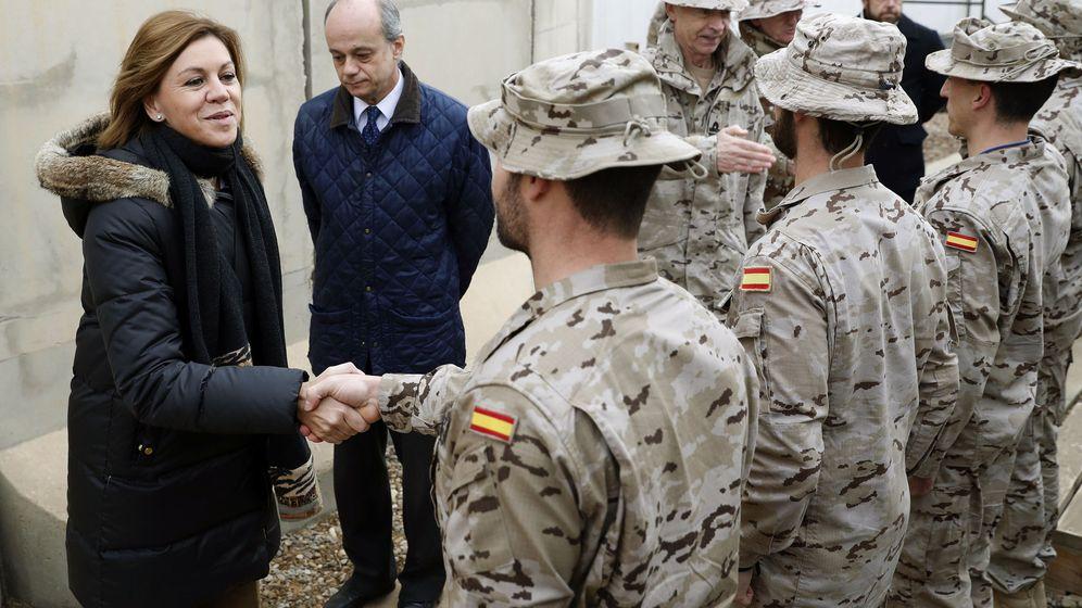Foto: La ministra de Defensa, María Dolores de Cospedal, saluda a varios soldados desplegados en Irak. (EFE)