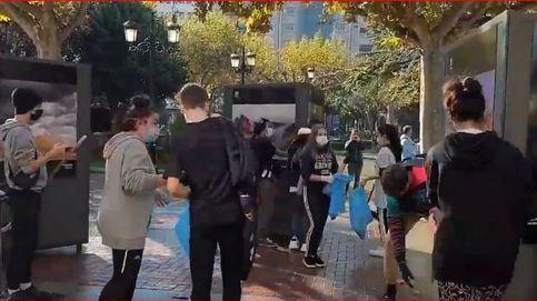 Un grupo de jóvenes sale a limpiar las calles de Logroño después de los disturbios
