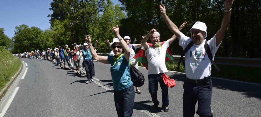 Foto: Participantes en la cadena vasca del pasado 8 de junio. (Reuters)