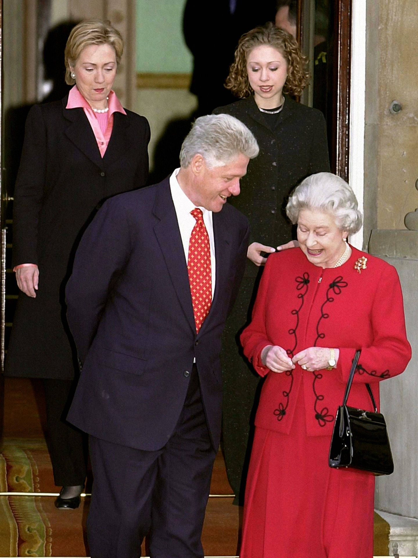 La reina Isabel, con los Clinton en Buckingham. (Cordon Press)