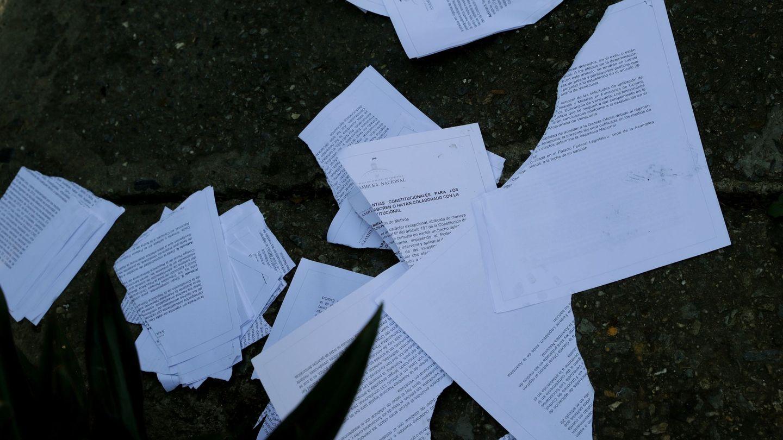 Personal de La Casona destroza los documentos con la Ley de Amnistía de Guaidó. (EFE)