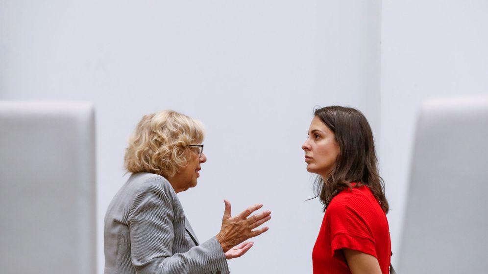 Foto: La alcaldesa de Madrid, Manuela Carmena (i), conversa con la portavoz del Ayuntamiento de la capital, Rita Maestre. (EFE)