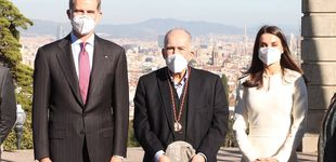 Post de El elegante (y misterioso) vestido de Letizia para su visita sorpresa a Barcelona