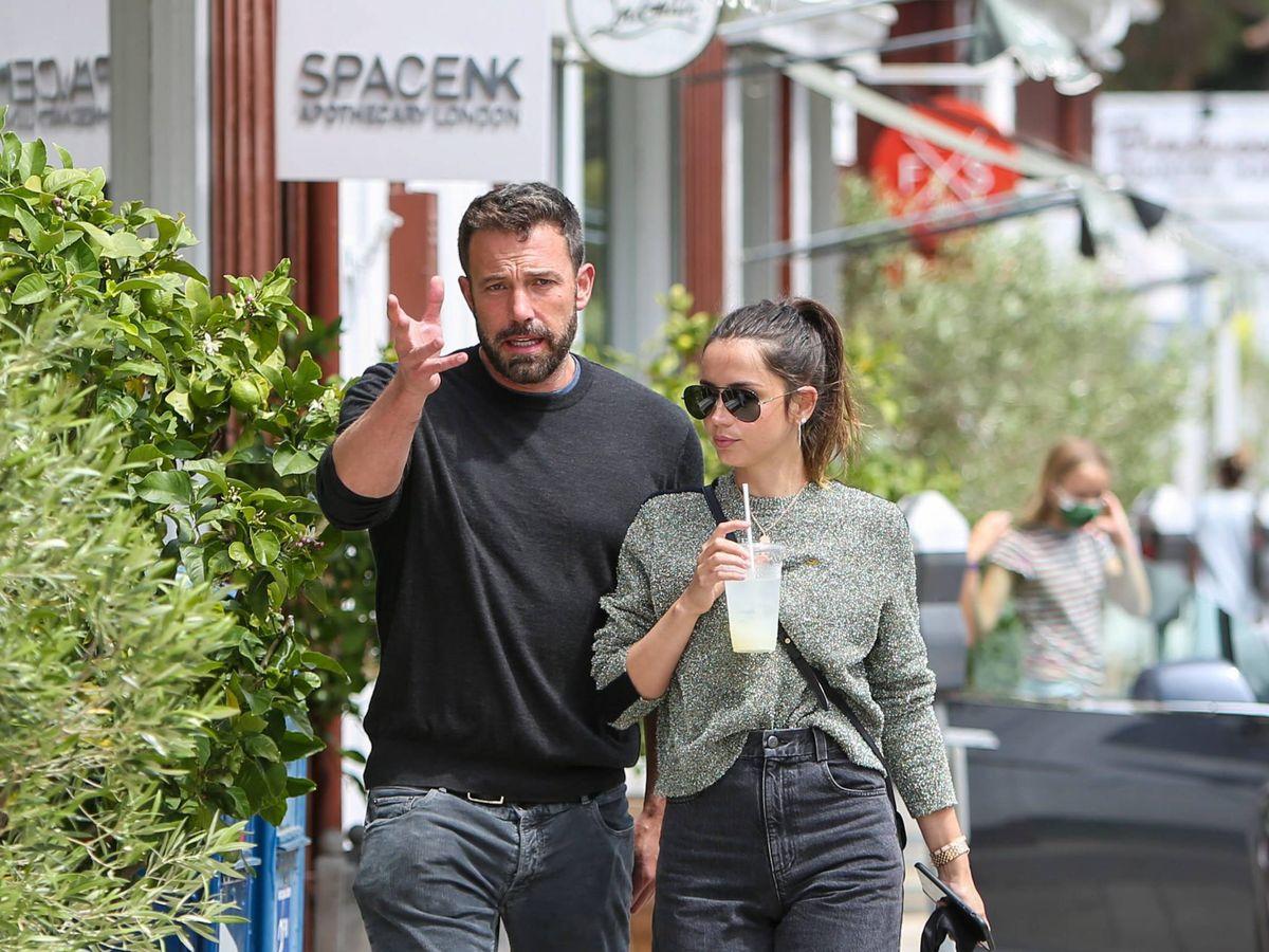 Foto: Ana de Armas y Ben Affleck, paseando por Los Ángeles. (CP)