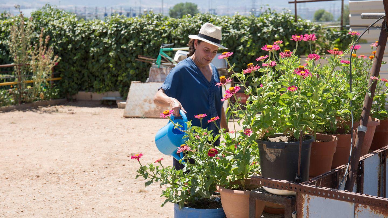 Concha Herraiz riega las plantas en su finca, que pronto deberá abandonar. (D. B.)
