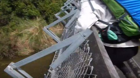 Graba sin querer su caída al vacío tras romperse el puente que cruzaba