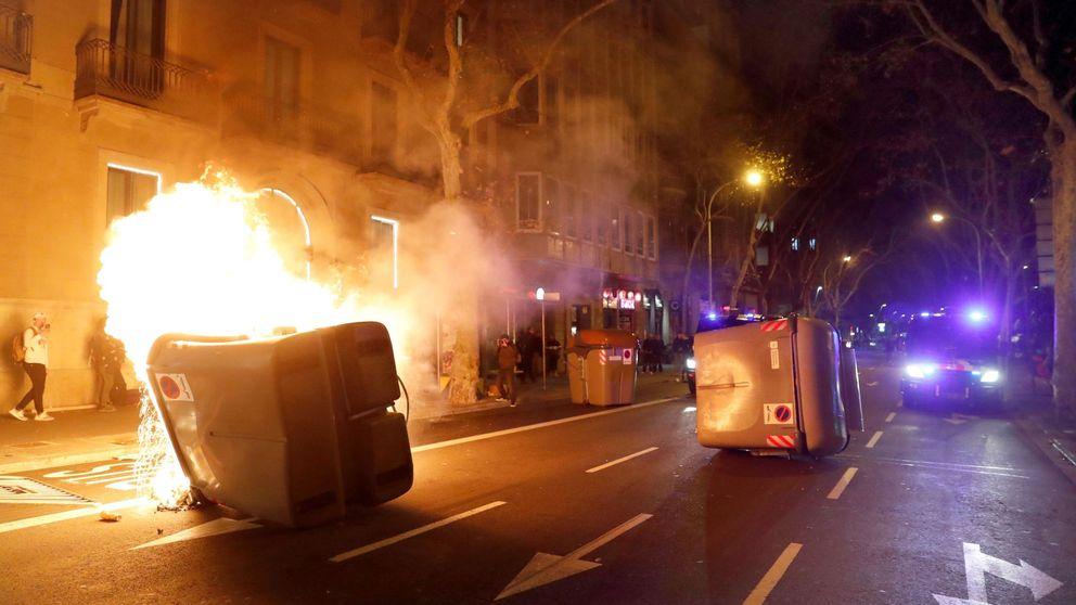 Decenas de personas cruzan y queman contenedores en las calles de Barcelona