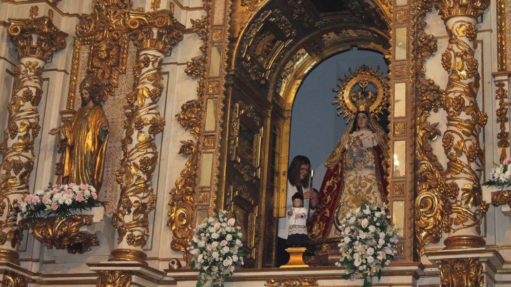 Foto: Noelia Posse, alcaldesa de Móstoles, entrega el bastón de mando a la virgen. (J. Corbacho)