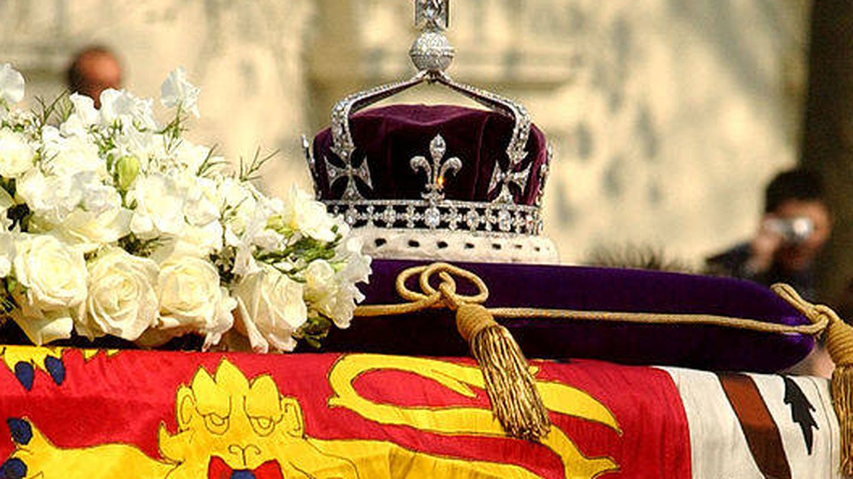 La corona de la reina madre con el diamante Koh-i-Noor sobre su féretro. (Getty)