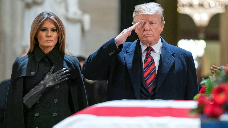 Donald y Melania Trump durante el homenaje a George H. W. Bush. (Getty)