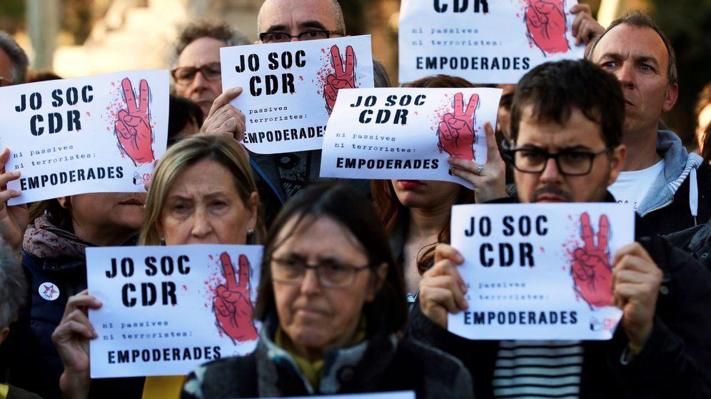 Foto: Concentración de apoyo a los Comités de Defensa de la República en Barcelona. (EFE)