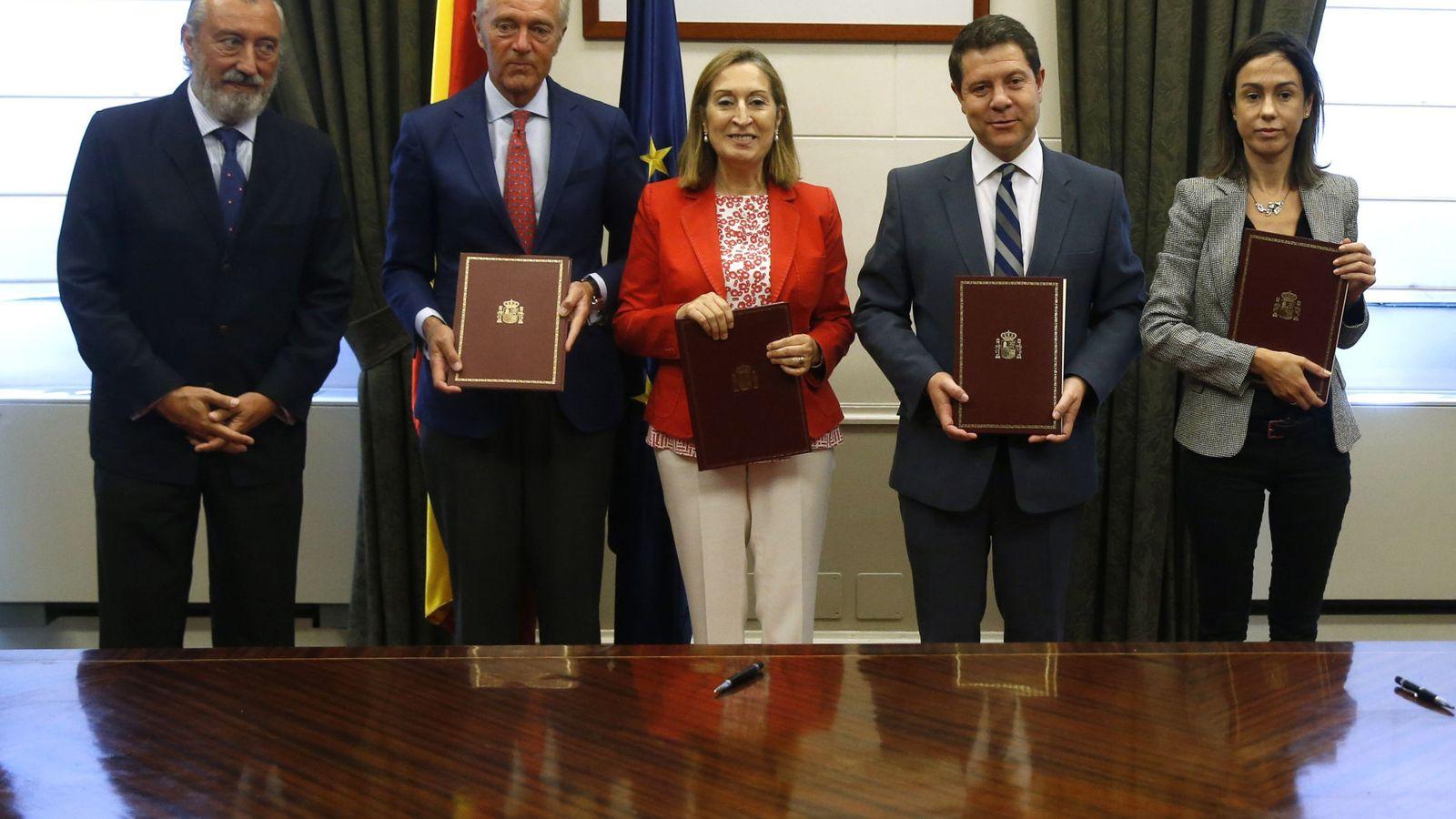 Foto: La nueva directora general de Explotación y Construcción de Adif, Isabel Pardo de Vera (d), junto a la exministra Ana Pastor. (EFE)