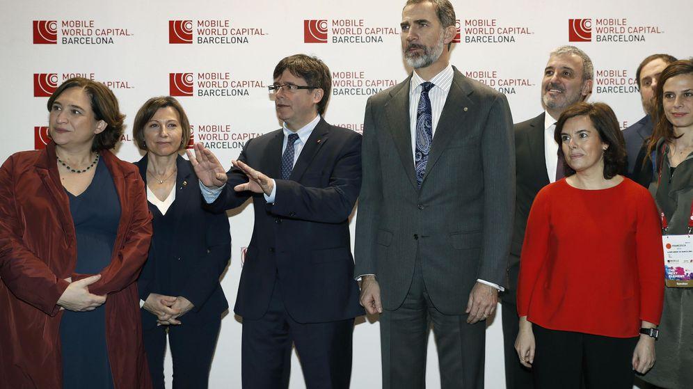Foto: La irrepetible imagen del MWC de 2017, con Puigdemont, Colau y el rey Felipe VI. (EFE)