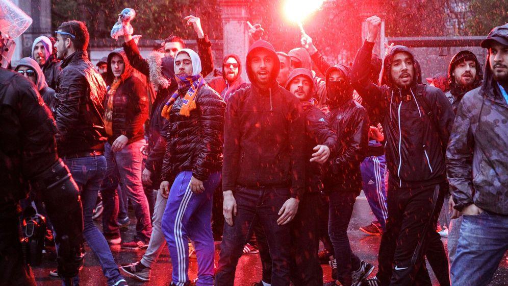Foto: Imagen de un grupo de aficionados ultras del Olympique de Marsella camino a San Mamés. (EFE)