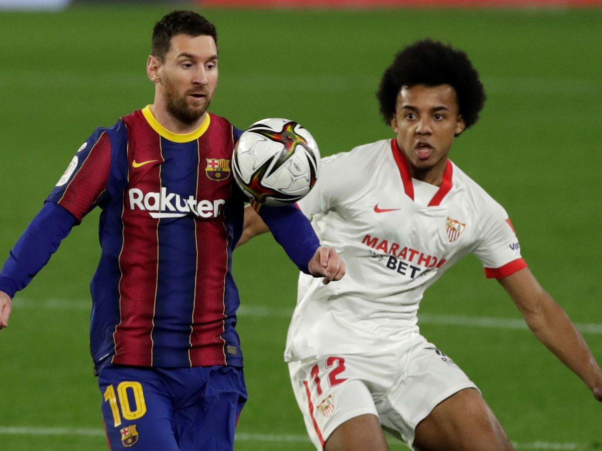 Foto: Koundé pelea por un balón con Leo Messi. (Efe)