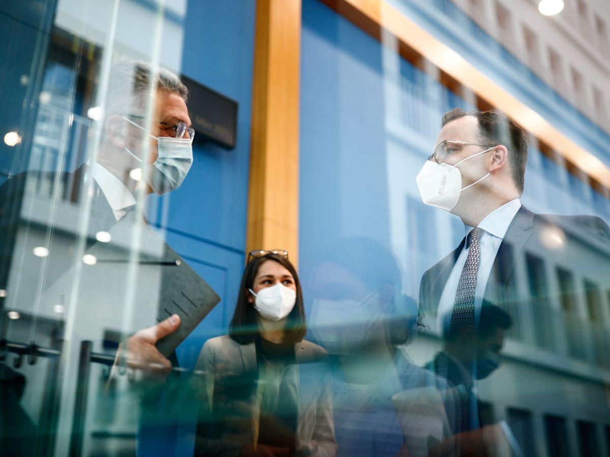 Foto: El ministro alemán de Sanidad, Jens Spahn, y Lothar Wieler, director del Instituto Robert Koch.(Reuters)