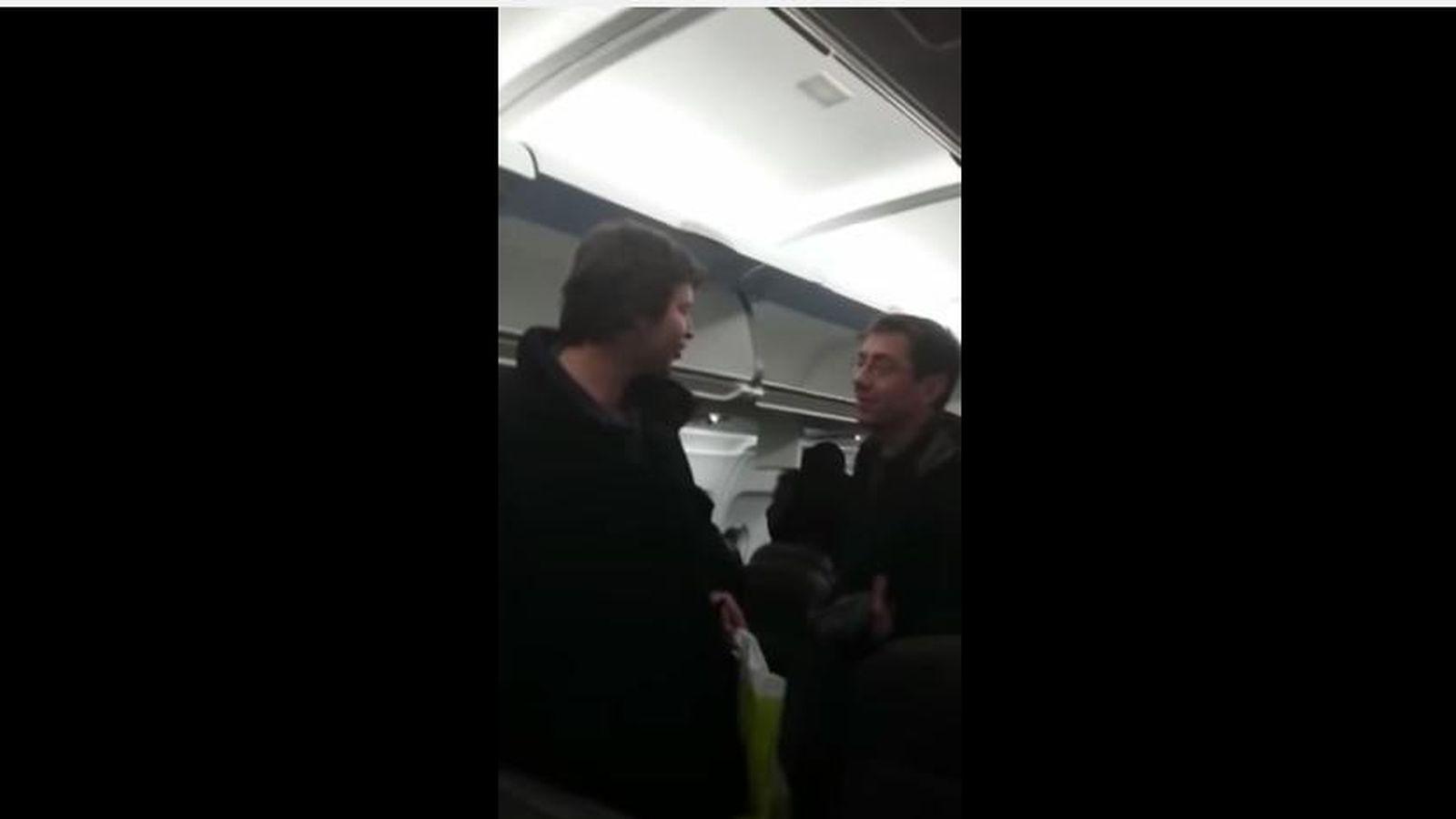 Foto: Monedero, preguntado por un pasajero a bordo de un avión sobre el motivo de su estancia en Suiza